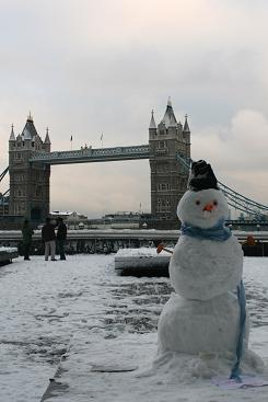 tower_bridge_snowman.JPG